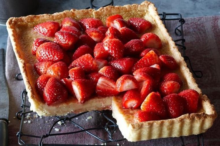 La receta tarta de crema pastelera y fresas es un plato dulce y especial para compartir en familia.