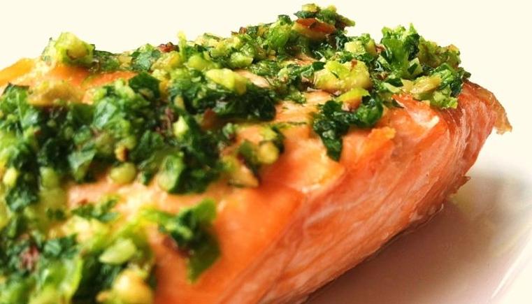 Receta de salmon a la plancha con salsa verde para impresionar a tus invitados.