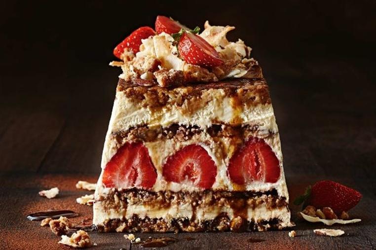 Tiramisú de fresa con chocolate es una receta que todos amarán.