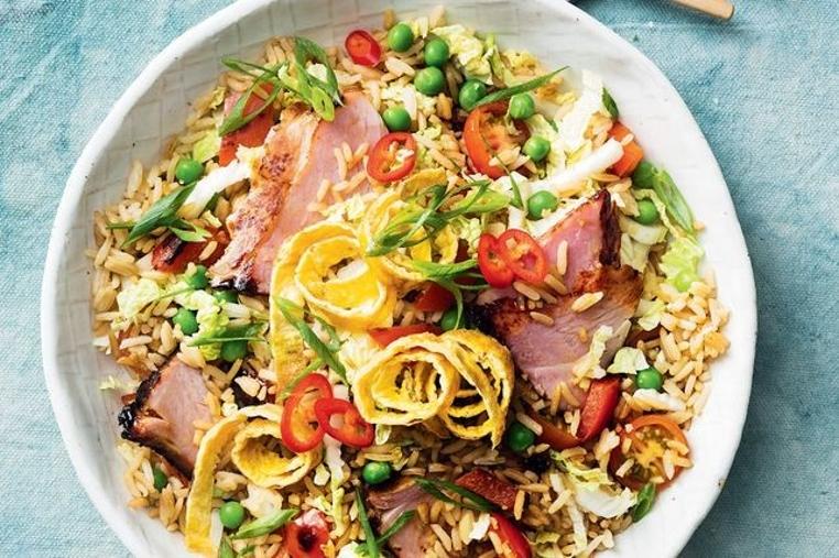 Prepara el arroz frito con vegetales y jamón en tu casa.