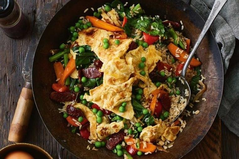 La receta de arroz con huevo frito casero es rica.