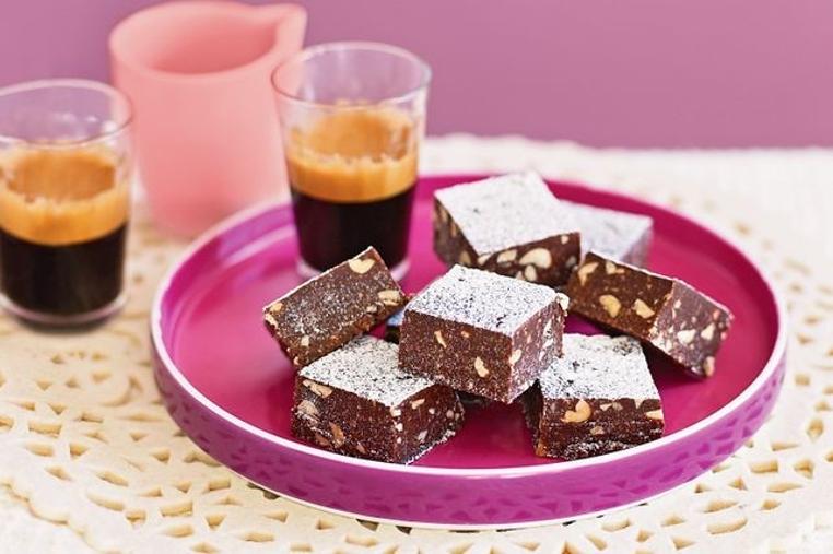 La receta de brownie de chocolate con nueces casero es rica y dulce.
