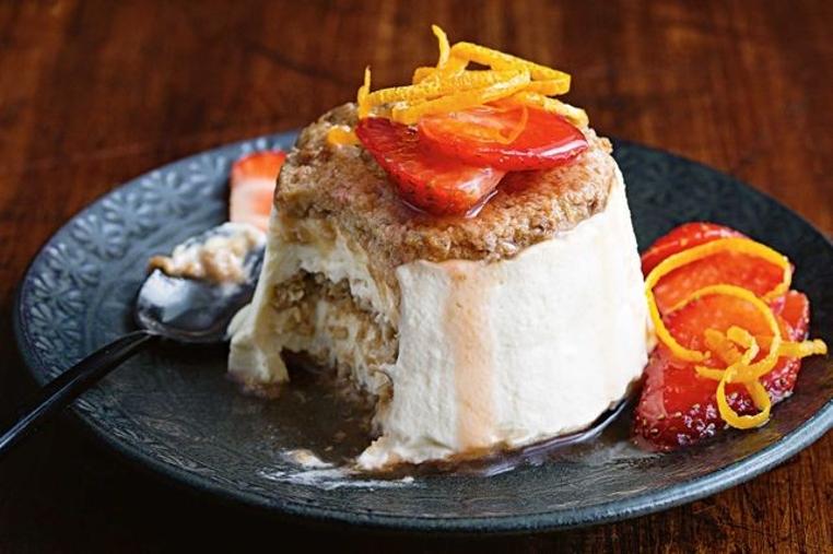 El receta de flan de coco y fresas es elegante y fácil de hacer.