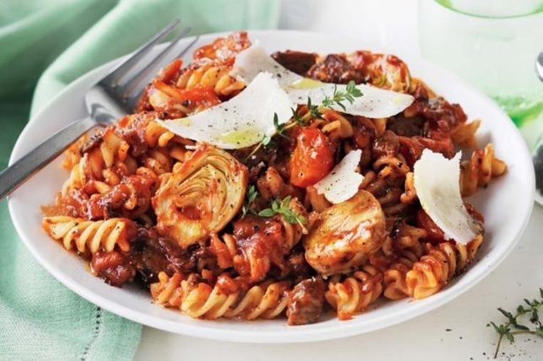 La receta de pasta con cordero y verduras es sencilla y sana.