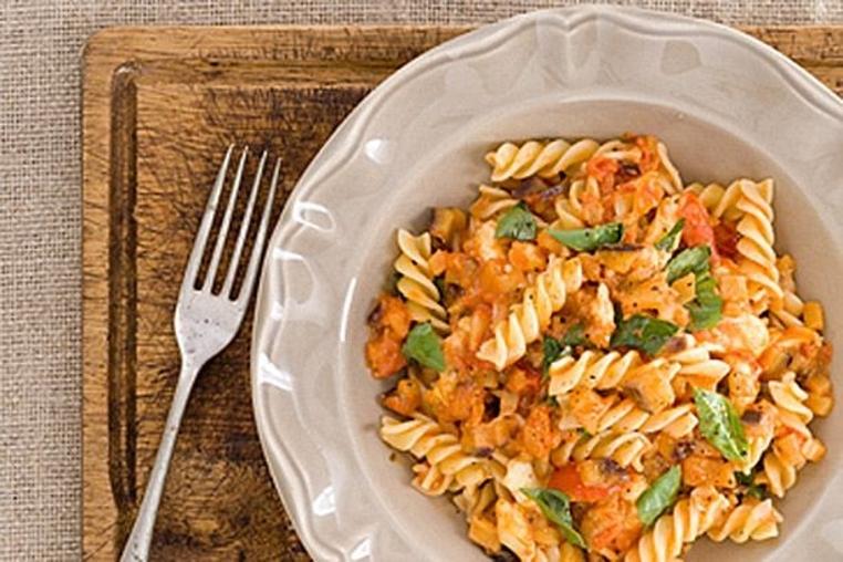 La pasta con salsa de tomate y berenjena es ligera y vegetariana.
