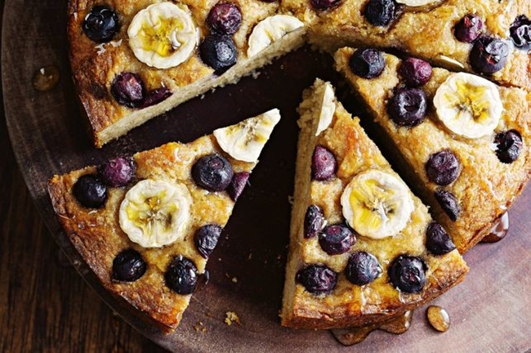Mata el antojo con la receta de torta de banana y arandanos.