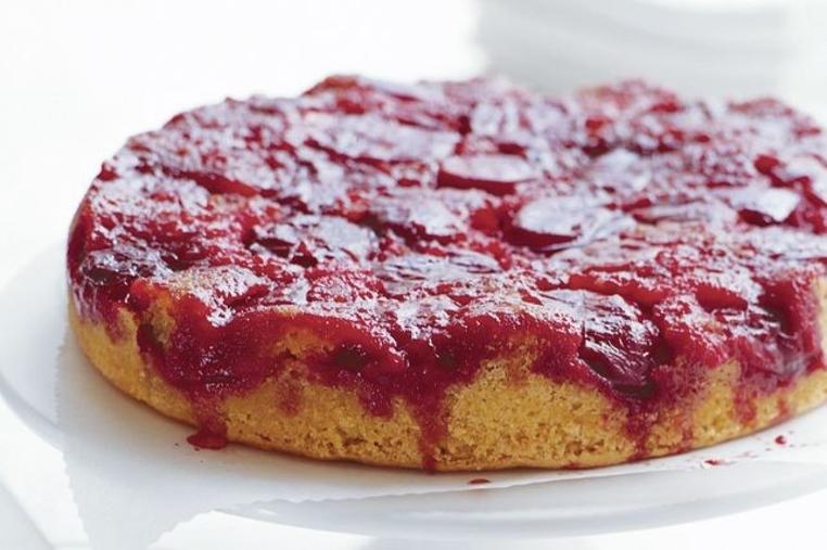 La receta del pastel de ciruelas rojas al revés puede ser hecha en casa.
