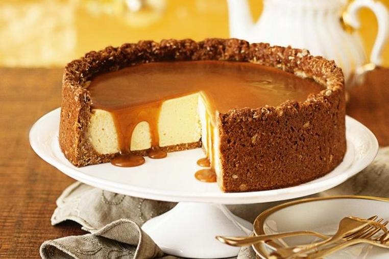 El pastel de queso con salsa de caramelo es perfecta para compartir con tu familia e invitados.