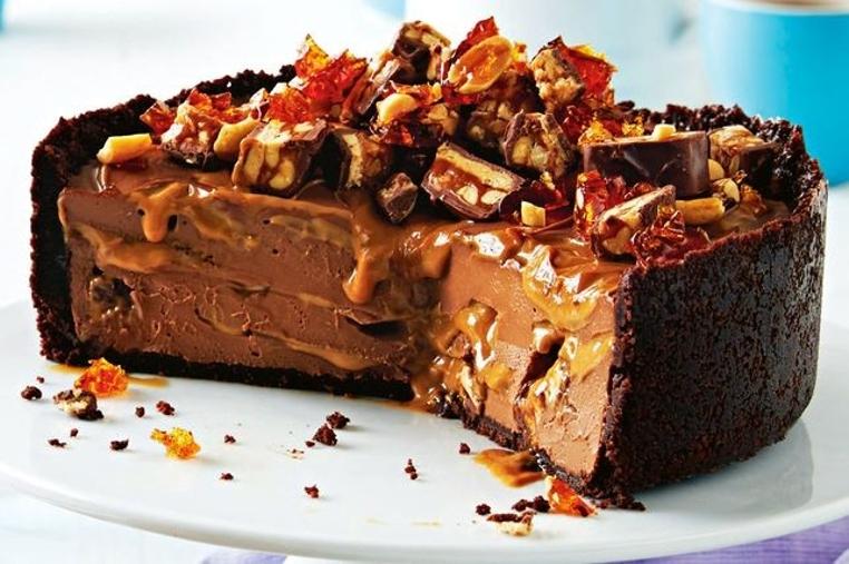 El cheesecake de snickers sin horno es perfecto para romper la dieta.