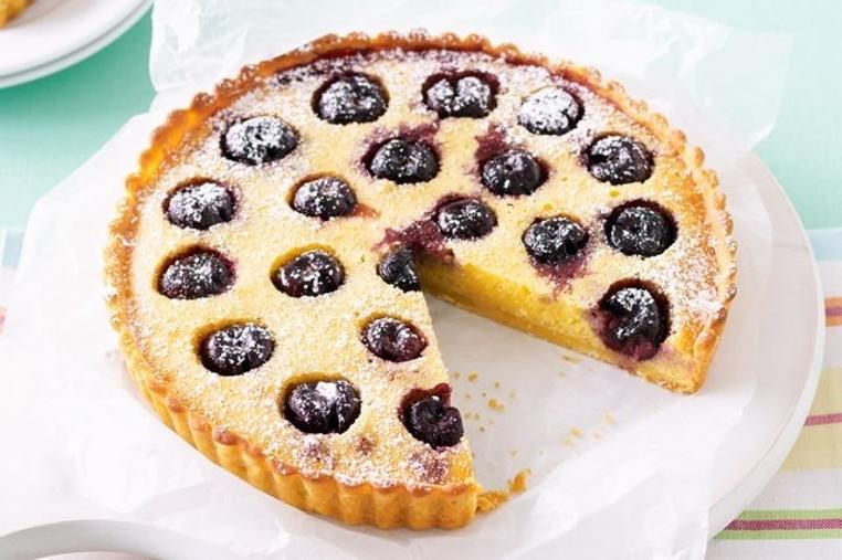 La tarta de cerezas y almendras es un postre rico y elegante.