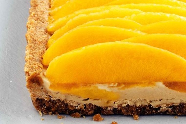 La tarta fría de mango es un postre ideal para matar los antojos del la tarde.