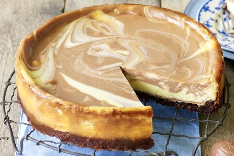 La tarta marmoleada de chocolate casera es suave y especial.