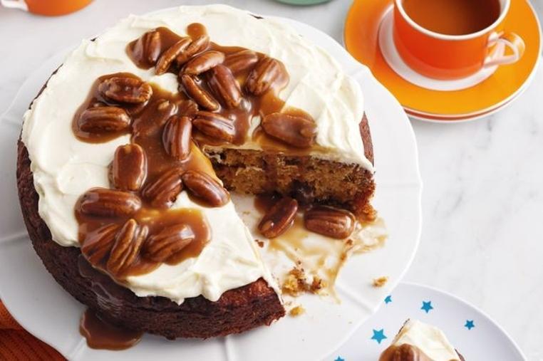 La torta de zanahoria con nueces y pasas es dulce y suave.