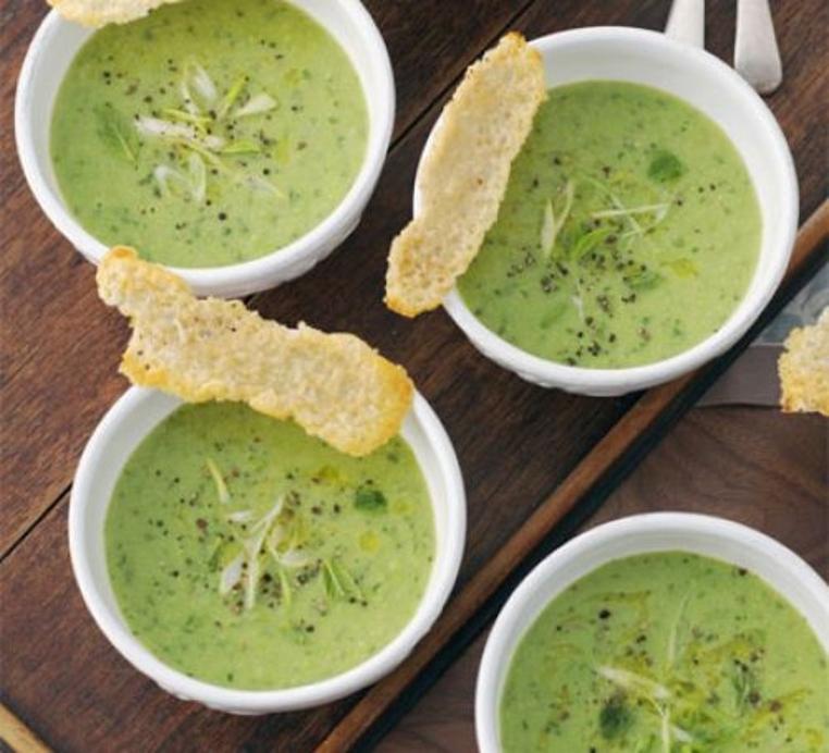 Las crema de cebolla y guisantes es perfecta para un almuerzo vegetariano.