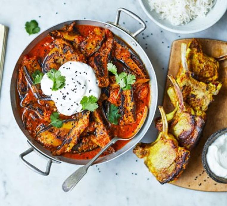 El curry de berenjenas con cordero tiene todo el sabor que hace falta para un almuerzo completo.