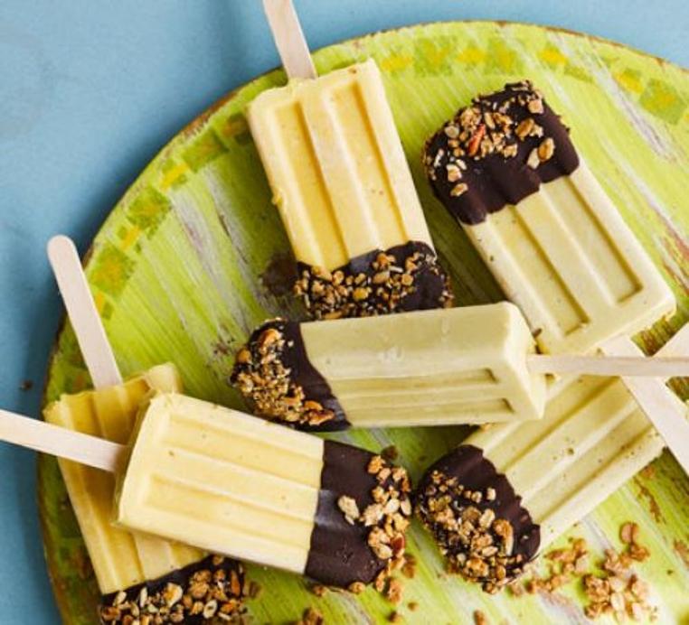 Comer las paletas de helado de frutas son ideales para afrontar el calor.