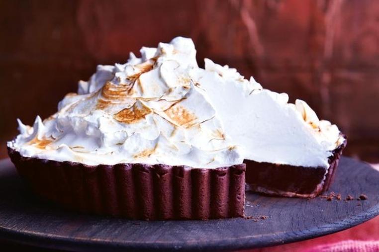 El pastel de merengue y chocolate es perfecto para compartir en familia.
