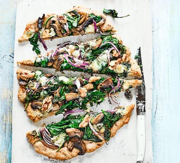 La pizza de espinacas y queso azul es una receta rica y sana para compartir con tu pareja.