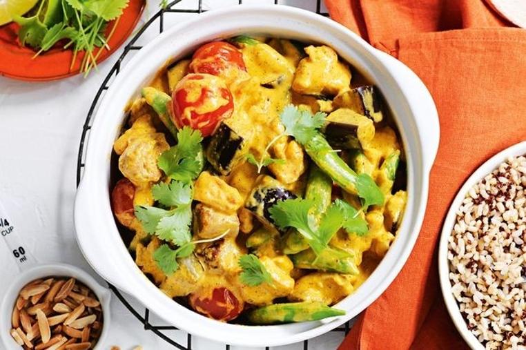 La receta de pollo con berenjena al curry es fácil de preparar.