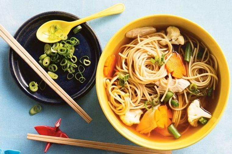 La sopa de pollo ramen es ligera y tiene muchas verduras.