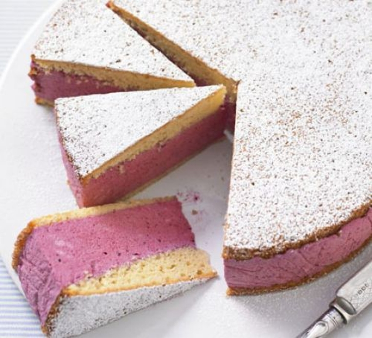 La torta con relleno de mousse es rica y llena de sabor a bayas.