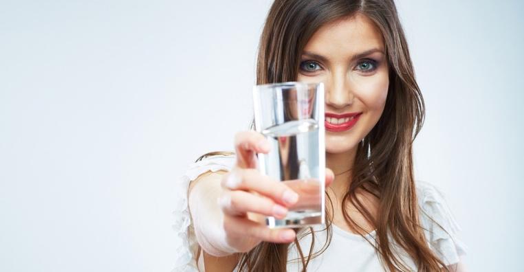 la cantidad de agua recomendada al dia