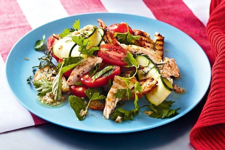 La receta de ensalada de pollo a la parrilla es sencilla y rica.