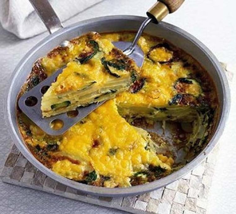 La frittata de calabacin y patatas es una receta rica y sana para el desayuno y cena.