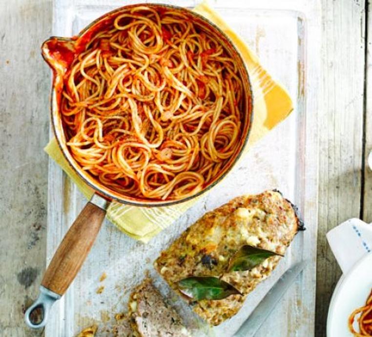 La receta de pastel de carne con spaguetti es perfecta para compartir en familia.