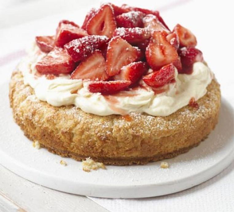 La receta de pastel de crema con fresas es rica y sencilla.
