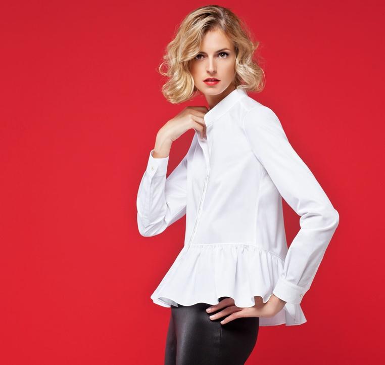 como combinar una camisa blanca de mujer