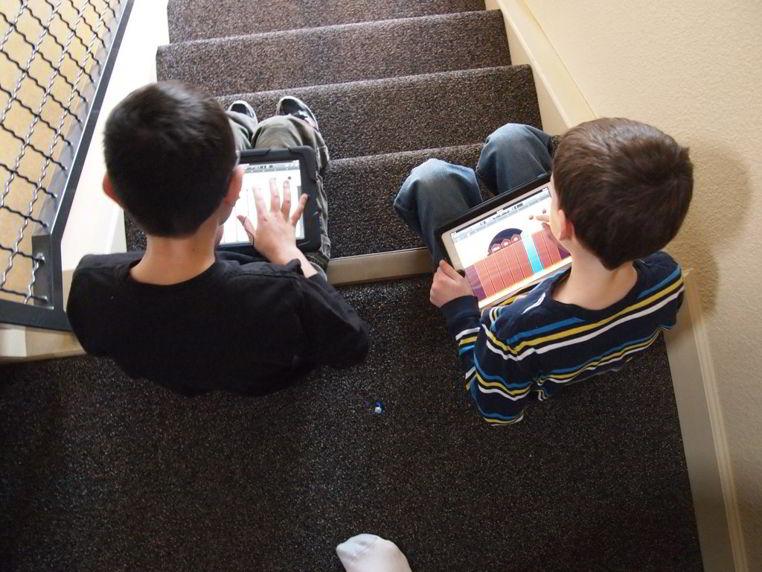 concentracion de los niños frente a una pantalla