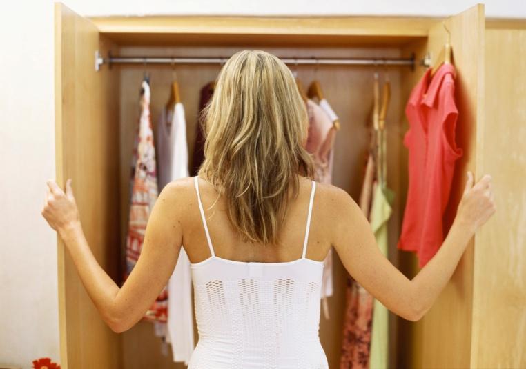 ropa basica en el armario de una mujer
